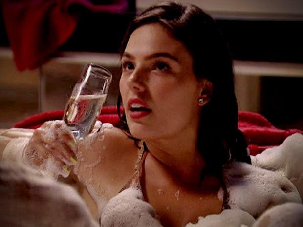 Toda toda, ela toma champanhe na banheira com Wallerson (Foto: Avenida Brasil / TV Globo)