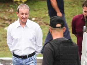 O doleiro Alberto Youssef, preso da Operação Lava Jato que está detido na sede da Policia Federal em Curitiba, sai para depor na sede da Justiça Federal, no começa da tarde desta quarta feira (4) (Foto: Vagner Rosário/Futura Press/Estadão Conteúdo)