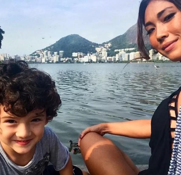 Dani posa com o filho Kauê, que já está matriculado numa escola americana (Foto: Reprodução/ Instagram)