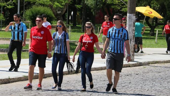 Torcedoras de Inter e Grêmio no Caminho do Gol antes do Gre-Nal  (Foto: Eduardo Moura/GloboEsporte.com)