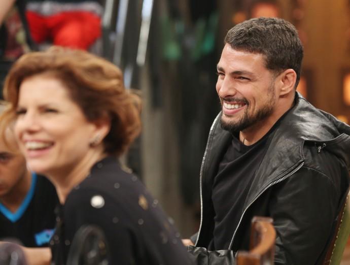 Cauã Reymond se diverte em gravação com Débora Bloch (Foto: Carol Caminha/Gshow)