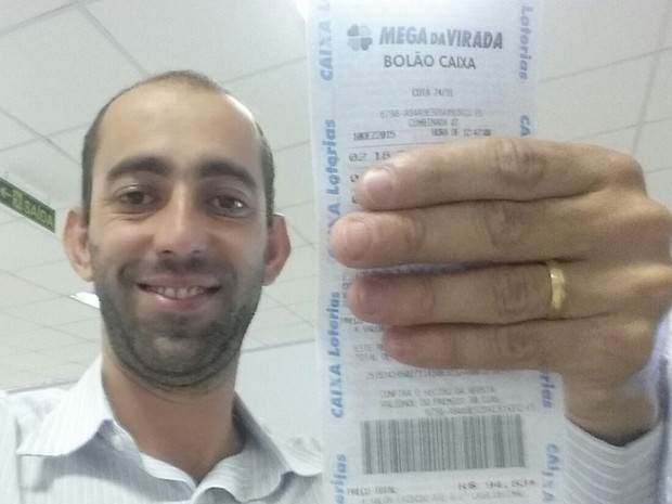 Paulo Oliveira segura o bilhete do bolão da Mega da Virada (Foto: Arquivo Pessoal)