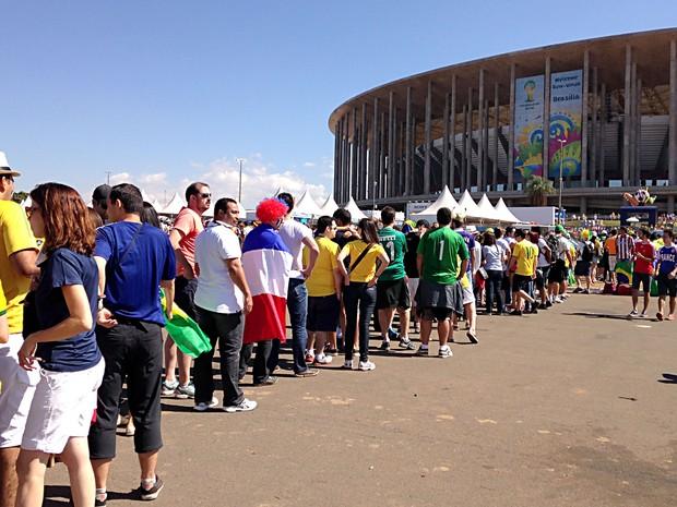Torcedores em fila antes de entrar no Estádio Mané Garrincha, em Brasília, para jogo entre França e Nigéria, pelas oitavas de final da Copa do Mundo (Foto: Natalia Godoy/G1)