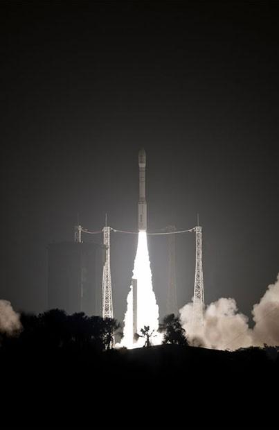 Foguete Vega decolou na noite desta terça-feira do Centro Espacial Kourou, na Guiana Francesa (Foto: P. Baudon/ESA CNES Arianespace/AFP)