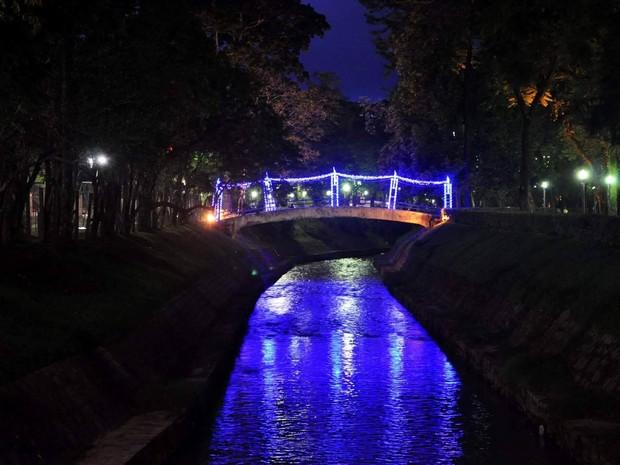 Durante Natal, pontes recebem iluminação azul em Poços de Caldas (MG). (Foto: Divulgação/Prefeitura Municipal de Poços de Caldas)