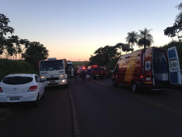 Acidente aconteceu no início da noite desta quarta-feira (8) (Foto: Camila Simões/RPC)