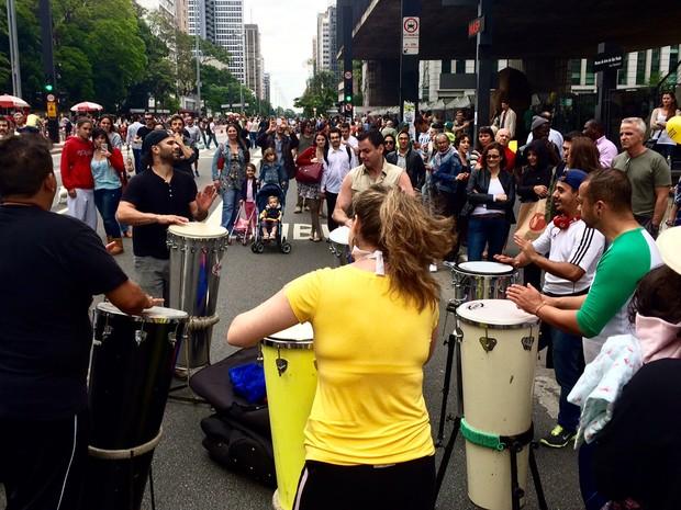 Tocadores de timbal se reúnem ao frente ao Masp para sessão de música durante primeiro dia oficial de abertura da Avenida Paulista  (Foto: Anne Barbosa/ G1 )