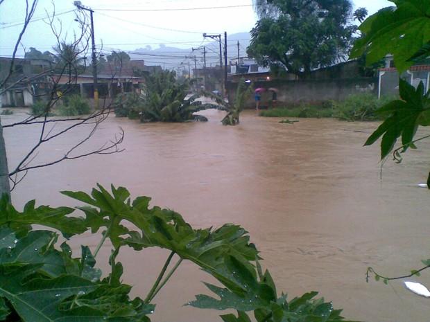 'Faltaram três dedos para a água entrar', diz morador de Duque de Caxias após enchente (Foto: Ronaldo Aguiar/VC no G1)
