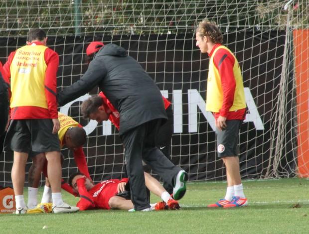 Bolívar sente tontura em treino do Inter (Foto: Diego Guichard/GLOBOESPORTE.COM)