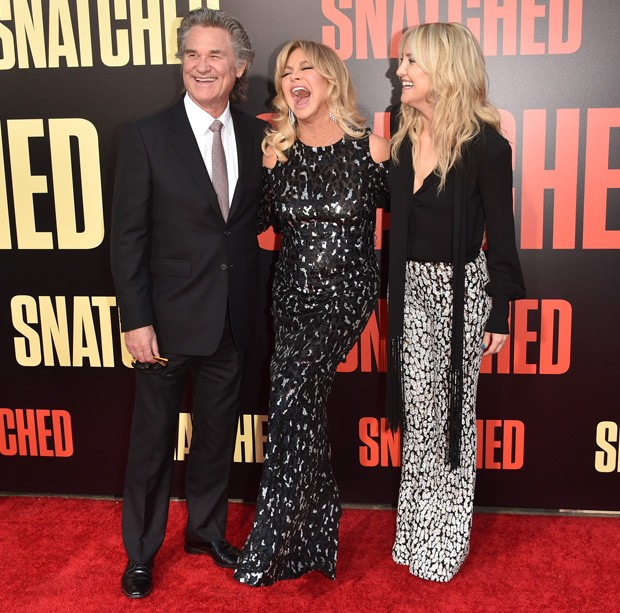 Kate Hudson com a mãe, Goldie Hawn, e o padrasto, Kurt Russell (Foto: Getty Images)