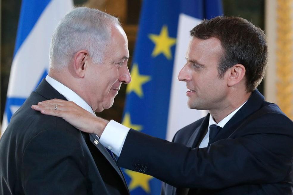 Presidente francês, Emmanuel Macron, e premiê israelense, Benjamin Netanyahu, neste domingo (16), no Palácio do Eliseu, em Paris (Foto: Stephane Mahe/AFP)