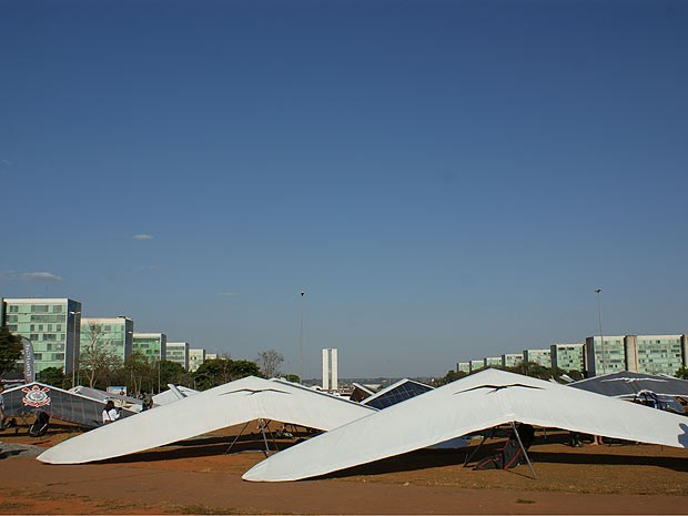 Dezenas de asas delta pousadas no gramado central da Esplanada dos Ministérios chamaram a atenção de quem passou pelo local na tarde desta sexta-feira (31) (Foto: Vianey Bentes/TV Globo)