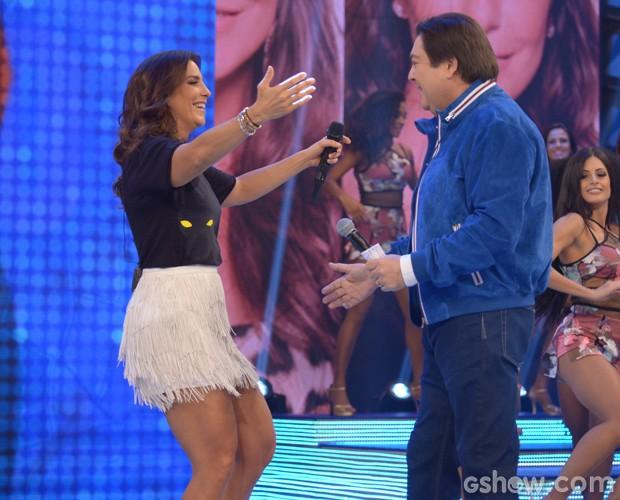 Ivete Sangalo cumprimenta Faustão ao entrar no palco (Foto: Raphael Dias / TV Globo)