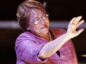 Ex-presidente do Chile Michelle Bachelet acena aos apoiadores depois de discurso admitindo que irá para o 2º turno. (Foto: Victor R. Caivano/AP Photo)