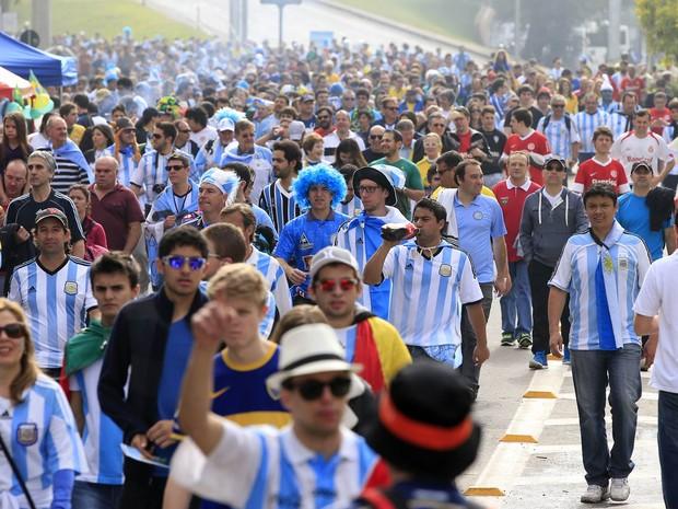 Multidão chega à Arena Beira Rio, em Porto Alegre, para ver o jogo entre Argentina e Nigéria (Foto: Adrian Dennis/AFP)