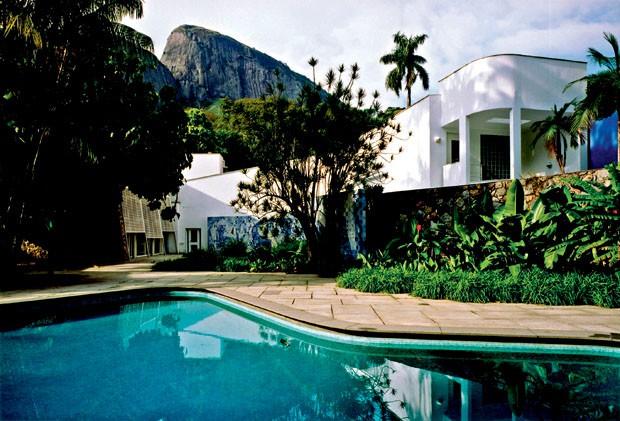 O jardim tropical e o painel de azulejos assinados por Burle Marx são highlights no Instituto Moreira Salles (Foto: divulgação)