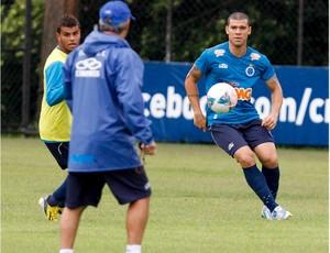 Nilton quer marcar um gol contra o Atlético-MG (Foto: Washington Alves / Vipcomm)