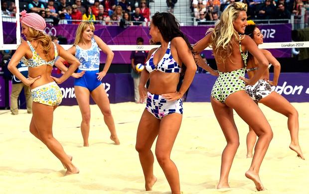 cheerleaders no vôlei de praia em Londres (Foto: AFP)