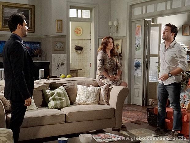 Daniel é mais um a desaprovar a relação de Rafael e Linda (Foto: Amor à Vida/TV Globo)