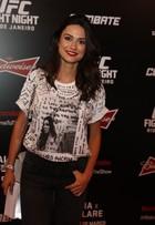 E coube?! Thaila Ayala usa blusa infantil masculina em evento no Rio