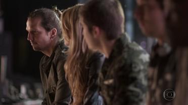 Gui avisa a Diana e integrantes da banda que Nicolau já está sendo medicado