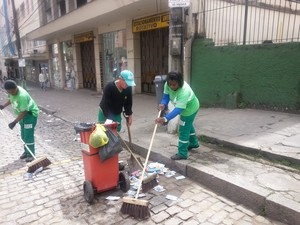 Limpeza das ruas de Petrópolis nas Eleições 2014 (Foto: Fernanda Soares/G1)