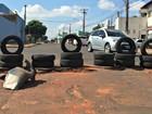 Barricada com pneus sinaliza buraco em frente à borracharia em MS