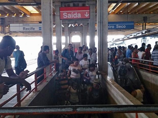 Na Estação Joana Bezerra, trens ficaram mais disputados e movimentação, mais intensa. (Foto: Moema França/G1)