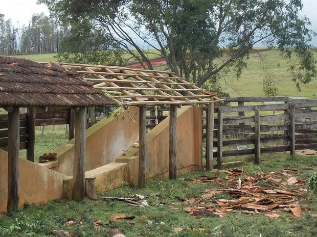 Galpão foi destelhado devido à força do vento (Foto: Glenio de Bairros/arquivo pessoal)