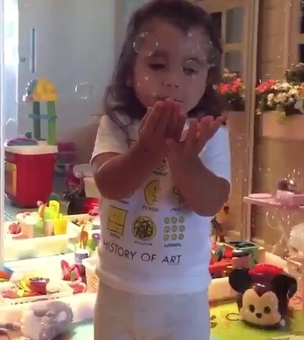 Maria Flor e suas bolinhas de sabão (Foto: Rreprodução Instagram)