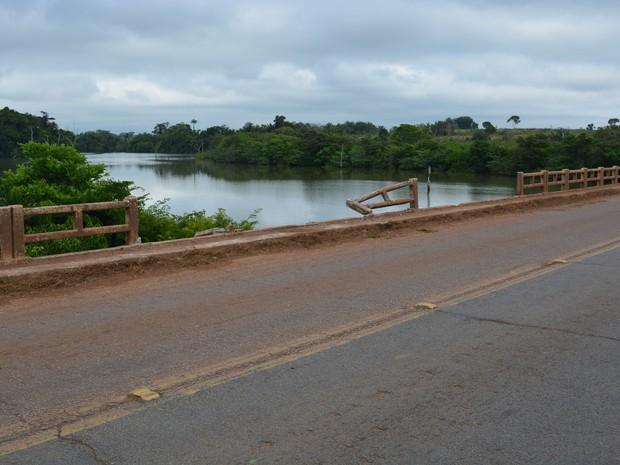 Veículo caiu em rio após bater em barreira de proteção (Foto: Jeferson Carlos/ G1)
