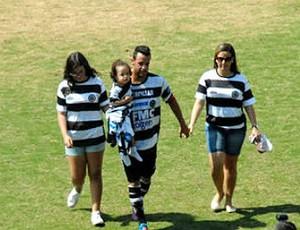 Marlon deixa o gramado ao lado de esposa e filhas (Foto: Eduardo Castellari/XV de Piracicaba/Divulgação)