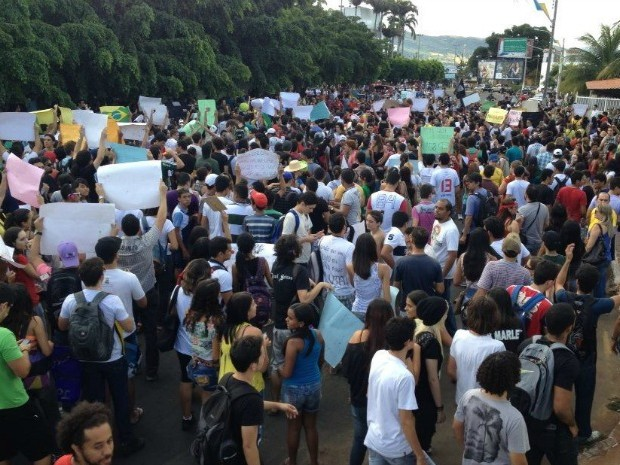 Professores e estudantes protestam contra redução de salários (Foto: Ericsson Coriolano)