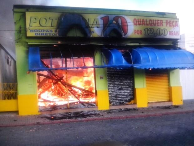 Bombeiros demoraram três horas para controlar as chamas (Foto: Daniela Oliveira/TEM Você)