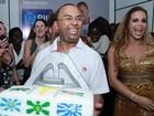 Dudu Nobre comemora 39 anos em show e ganha surpresa da mulher