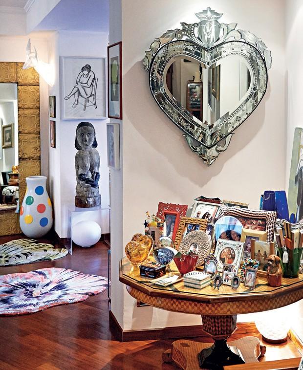 Muitas das superfícies no apartamento de margherita são cobertas por porta-retratos com fotos de sua família e amigos (Foto: Danilo Scarpati)