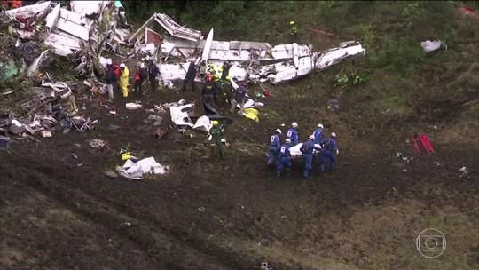 Avião da Chapecoense viajou com pouco combustível e excesso de peso, dizem investigadores