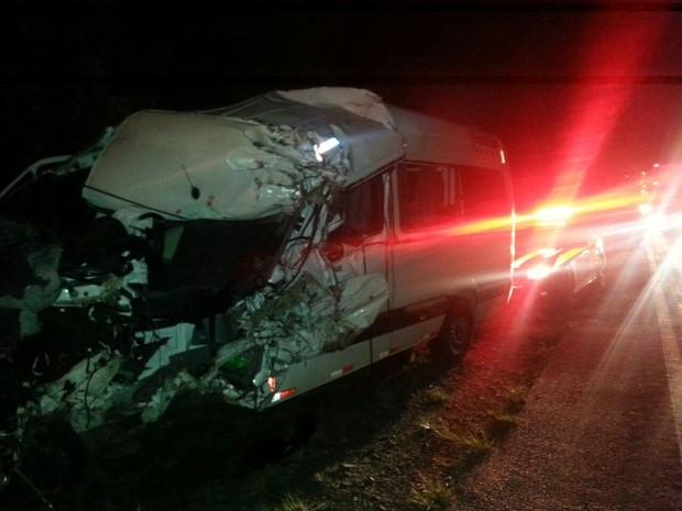 Caminhão fez ultrapassagem em uma descida e colidiu de frente com a van (Foto: PRF/Divulgação)