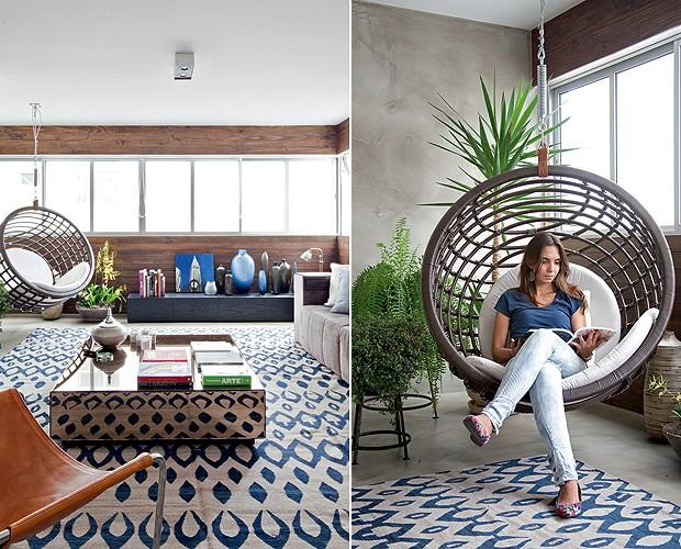 No projeto da arquiteta Julliana Camargo, a varanda foi integrada à sala, mas manteve um visual mais descontraído, com o painel de madeira e plantas. Na foto, a moradora Iara Ferfoglia, no gostoso balanço (Foto: Maíra Acayaba/Casa e Jardim)