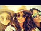 Selena Gomez faz selfie com amigas e exibe acessório indiano na testa