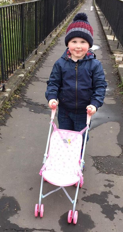 Harry tem 3 anos e levou para casa um carrinho de boneca cor-de-rosa (Foto: Reprodução)