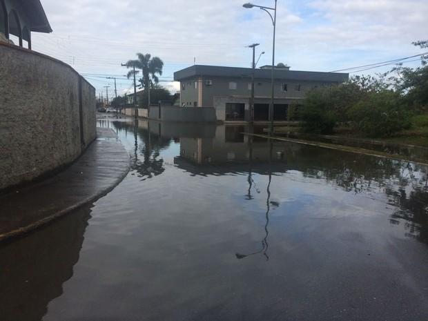Bairro Boa Vista ficou alagado com pico da maré na tarde desta sexta (16) em Joinville (Foto: Cinthia Raasch/RBS TV)