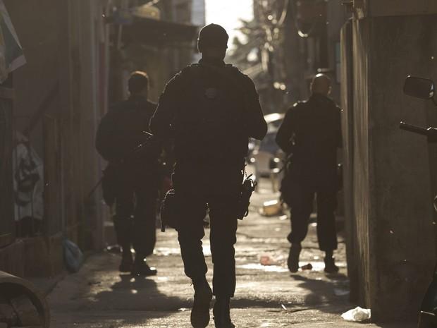 Policiais patrulham ruas durante ocupação do complexo da Maré (Foto: Silvia Izquierdo/AP)