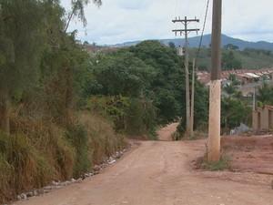 Falta de asfalto e iluminação prejudica moradores de São João da Boa Vista (Foto: Eder Ribeiro/EPTV)