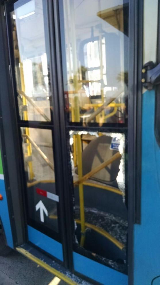 Porta de ônibus do Transcol quebrada por rapazes na orla de Camburi (Foto: Wing Costa/ A Gazeta)