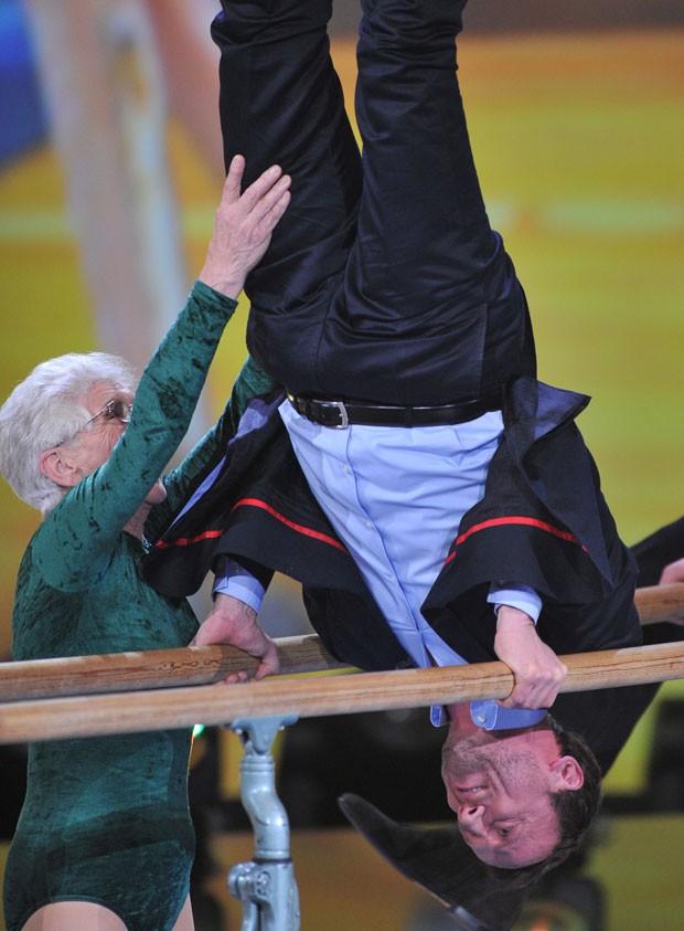 A atleta experiente ajudou o ator Wotan Wilke Moehring a se equilibrar nas paralelas (Foto: Marc Mueller/AFP)