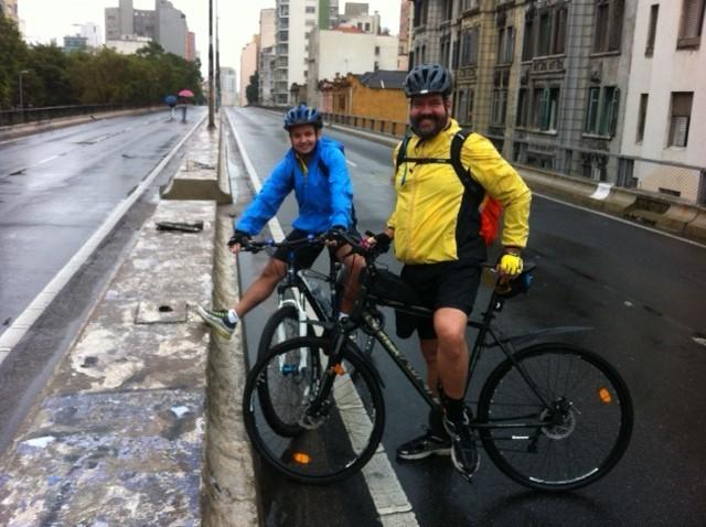 Fernando Neves, 51 anos, pedalou com o amigo Daniel Santos, 32 anos, no Minhocão (Foto: Paula Paiva Paulo)