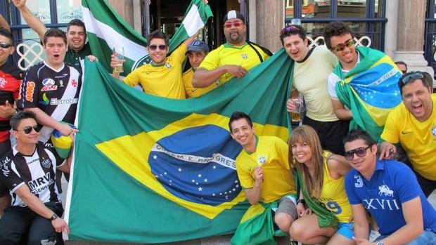 festa de torcedores Brasileiros antes da estréia da Seleção (Foto: Márcio Iannacca / Globoesporte.com)