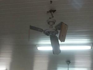 Segundo alunos, ventiladores de tetos estão danificados desde o ano passado (Foto: Arquivo pessoal)