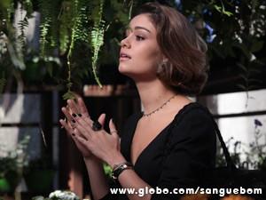 A it-girl tenta falar com o florista (Foto: Sangue Bom/TV Globo)